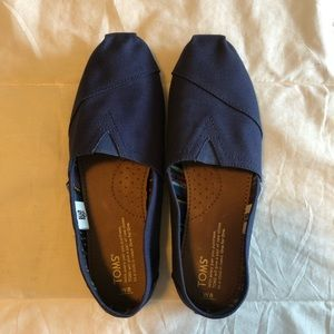 Size 8 Navy TOMS